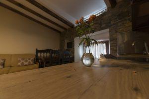 Salón y cocina de Casa Rural en Plasencia Apartamentos Rurales