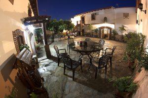 Noche en Casa Rural de Monfragüe La Solana en Malpartida de Plasencia, zonas comunes Patio y Jardín