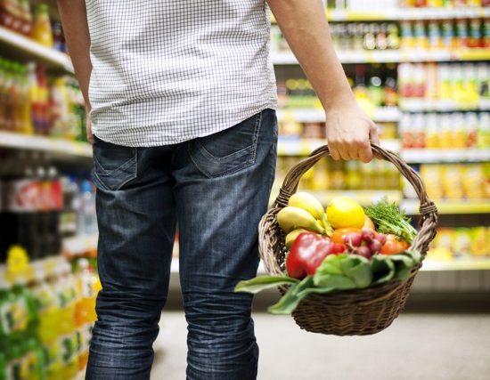 hombre compra supermercado
