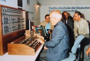 Oskar_Sala_Mixturtrautonium_IFA_1983
